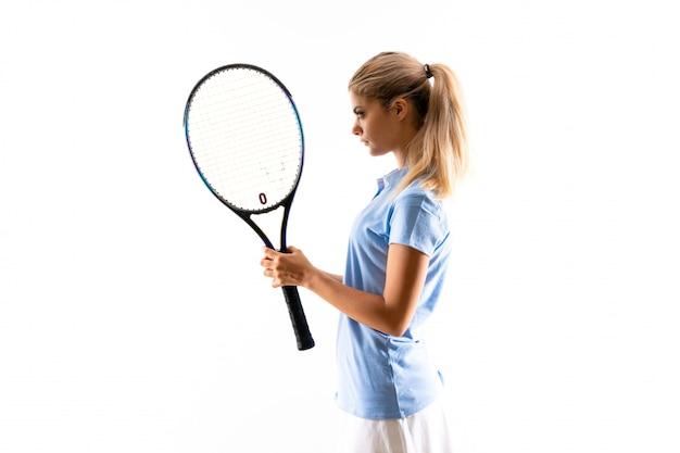 Menina de jogador de tênis adolescente sobre fundo branco isolado