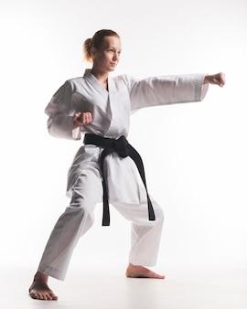 Menina de karatê de artes marciais praticando