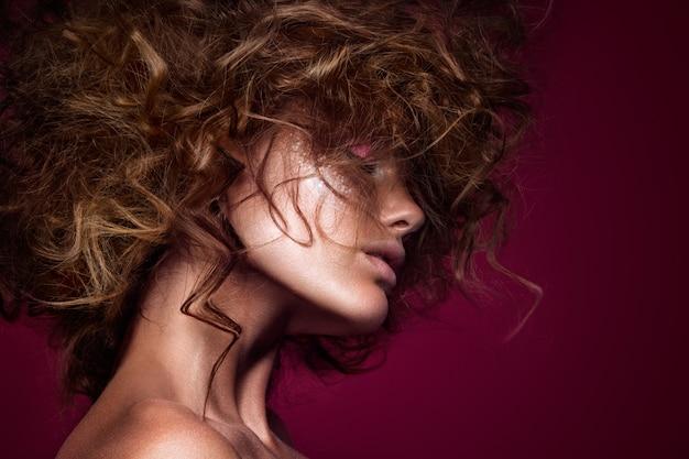 Menina de modelo de moda beleza com maquiagem brilhante