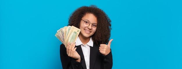 Menina de negócios adolescente bem afro com notas de dólar