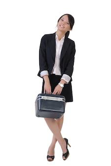 Menina de negócios sorridente com caixa de ferramentas, retrato de corpo inteiro em fundo branco.