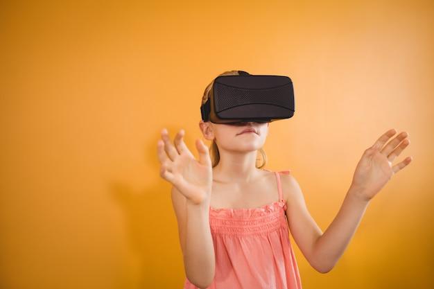 Menina de óculos de realidade virtual