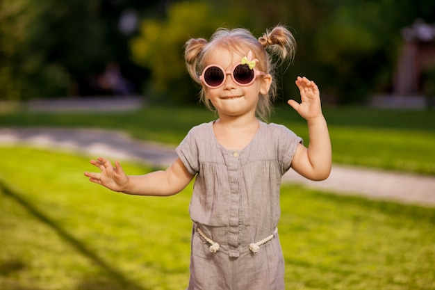 Menina de óculos escuros