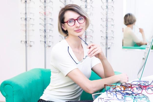 Menina de óculos para a visão. tentando óculos