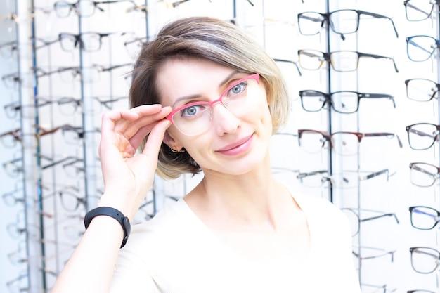 Menina de óculos para a visão.