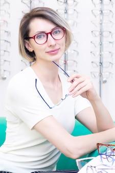 Menina de óculos para a visão
