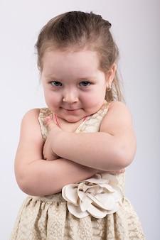 Menina de olhos azuis posa em lindo vestido