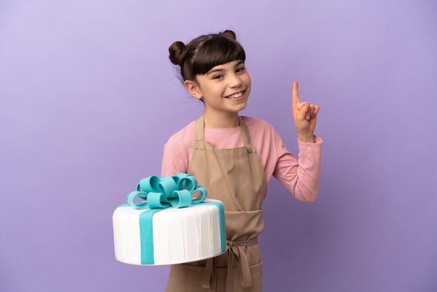 Menina de pastelaria segurando um grande bolo isolado
