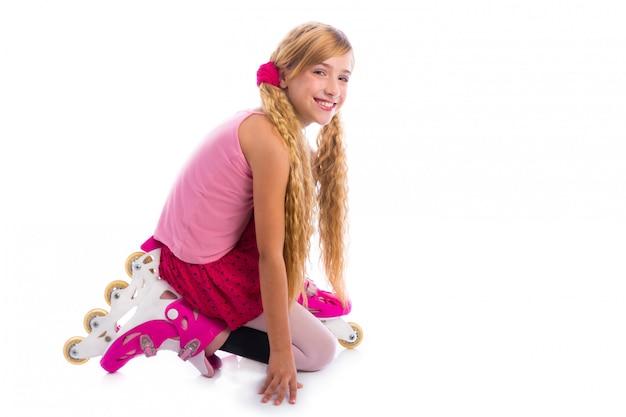 Menina de patins de rolo de tranças loiras de joelhos feliz