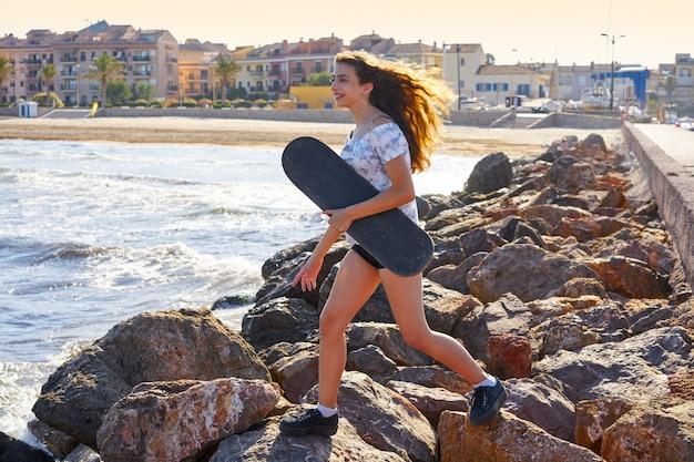 Menina de patins em uma doca de praia com vermelho