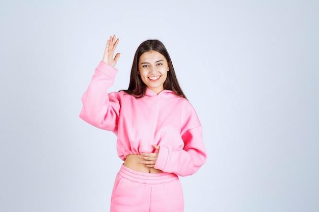Menina de pijama rosa fazendo poses alegres e sedutoras