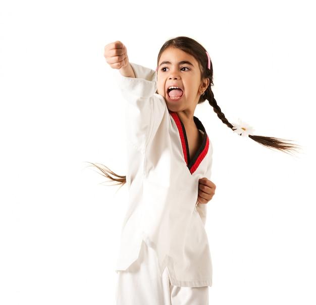Menina de quimono branco faz soco