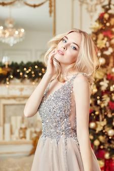 Menina de retrato de natal brilhante vestido festivo