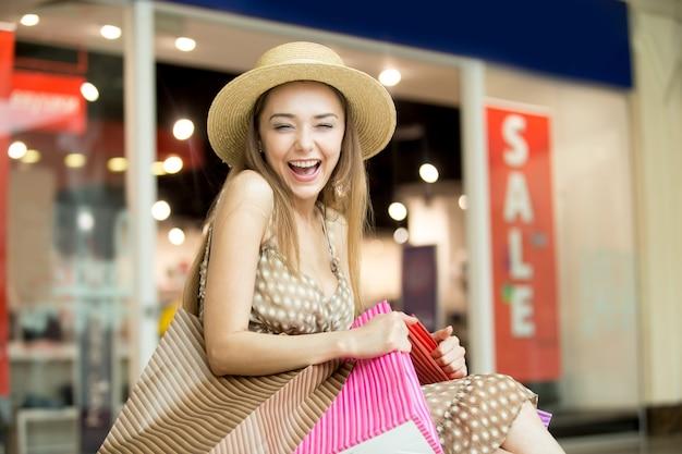 Menina de sorriso com um chapéu de palha