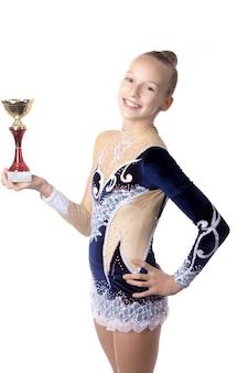 Menina de sorriso com um troféu