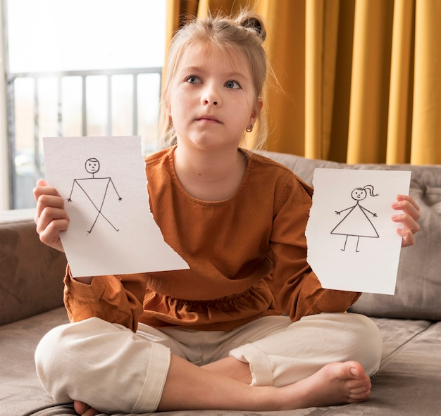Menina de tiro completo com desenho quebrado