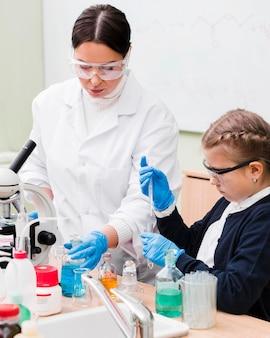 Menina de tiro médio estudando ciência