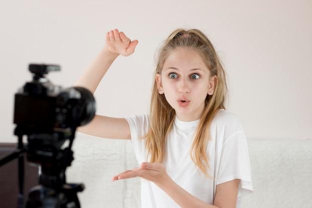 Menina de tiro médio gravando