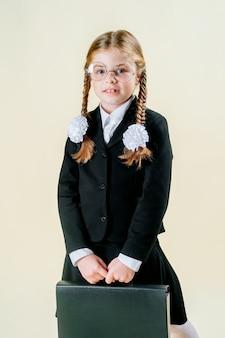 Menina de uniforme escolar. estudante pensa em estudar