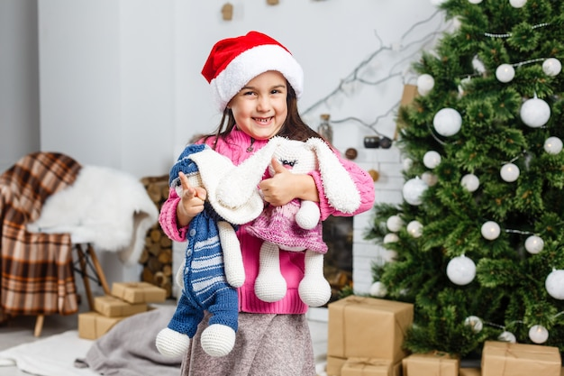Menina decorando a árvore de natal