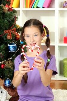 Menina decorando árvore de natal