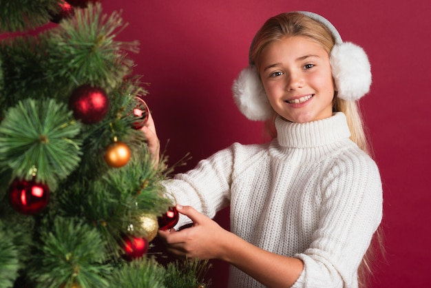 Menina, decorando, árvore, estúdio, tiro