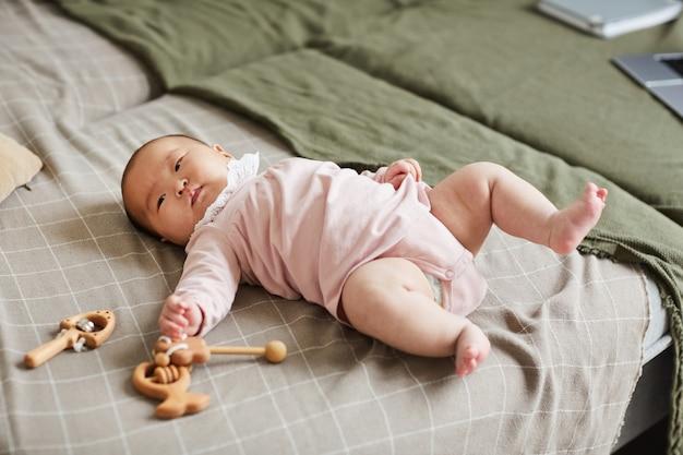 Menina deitada na cama