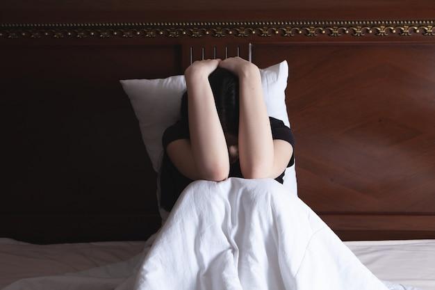 Menina deprimida não consegue dormir tarde da noite cansada