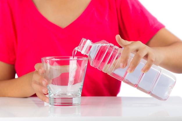 Menina derrama água
