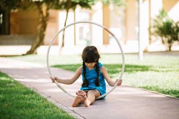 Menina descalça com aro de hula