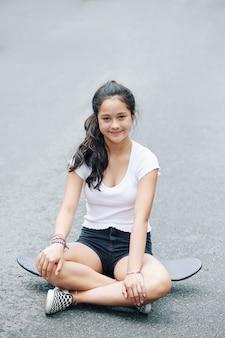 Menina descansando no skate