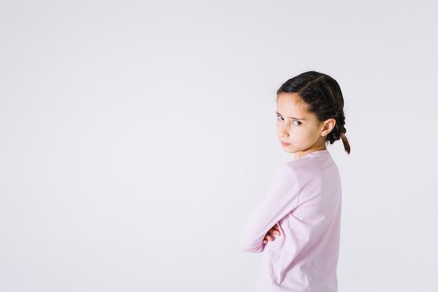 Menina descontente olhando para a câmera