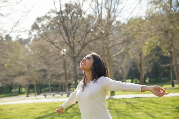 Menina descuidada alegre que aprecia o grande tempo