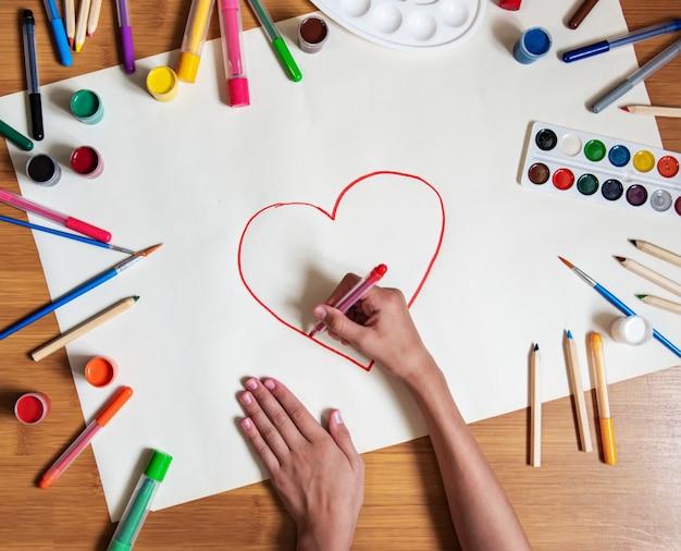 Menina desenho coração em papel