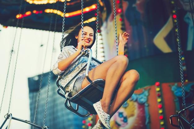 Menina, desfrutando, a, parque divertimento