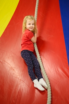 Menina, desfrutando de playground indoor