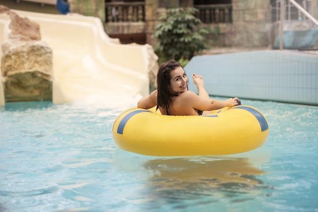Menina, desfrutando, divertimento, em, a, piscina