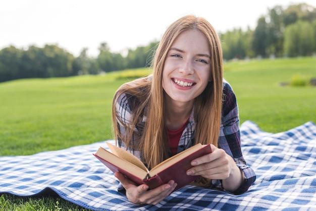 Menina, desfrutando, um, bom, livro