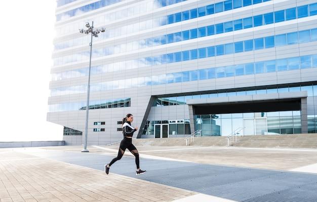 Menina desportiva com treino corporal em forma ao ar livre