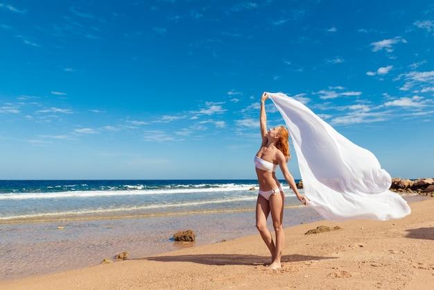 Menina despreocupada na praia
