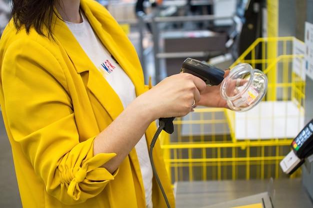 Menina digitaliza uma compra em uma loja ou supermercado