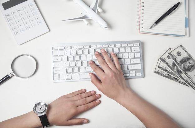 Menina digitando no teclado. viagem de negócios