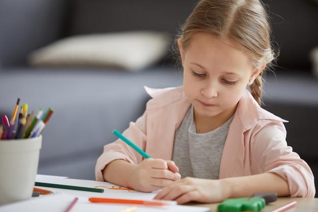 Menina diligente estudando