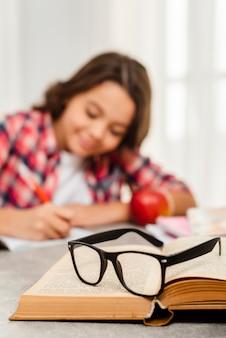 Menina do close-up em casa fazendo trabalhos de casa