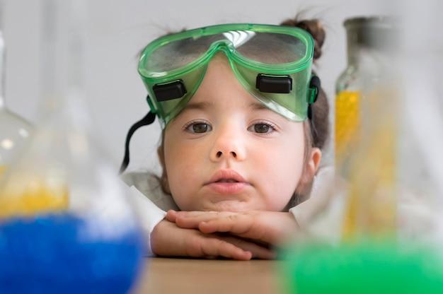 Menina do close-up no laboratório de ciências