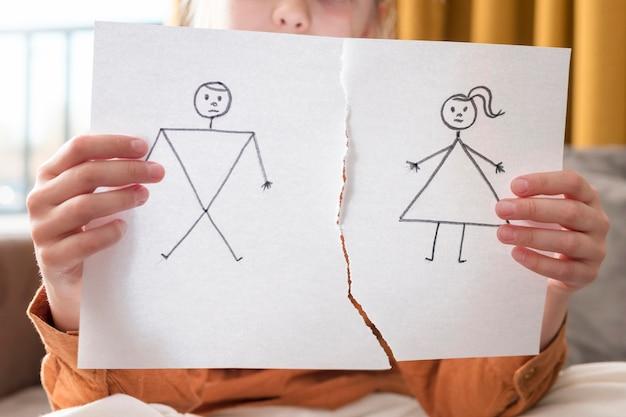 Menina do close-up que guarda desenho quebrado