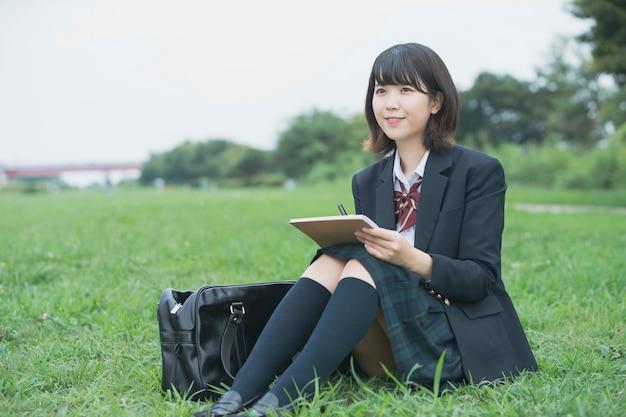 Menina do ensino médio lendo e estudando