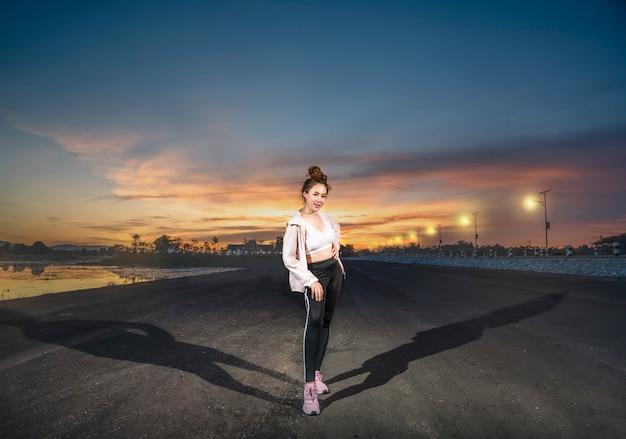 Menina do esporte em roupas esportivas da moda