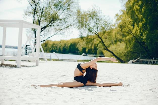 Menina do esporte em uma praia