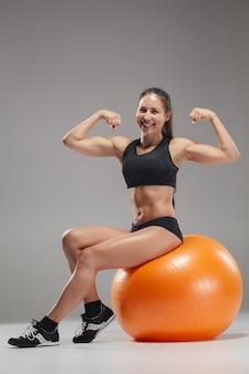 Menina do esporte fazendo exercícios em uma fitball